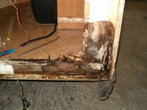 Zowel in de vloer als in de achterwand is houtrot opgetreden door vochtinwerking